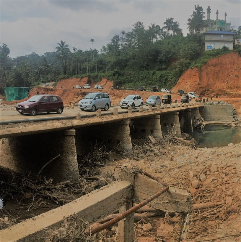 Traffic crawls a month after floods caused landslides and infrastructure damage in Cheruthoni, Kerala. © Deepak Singh/World Bank